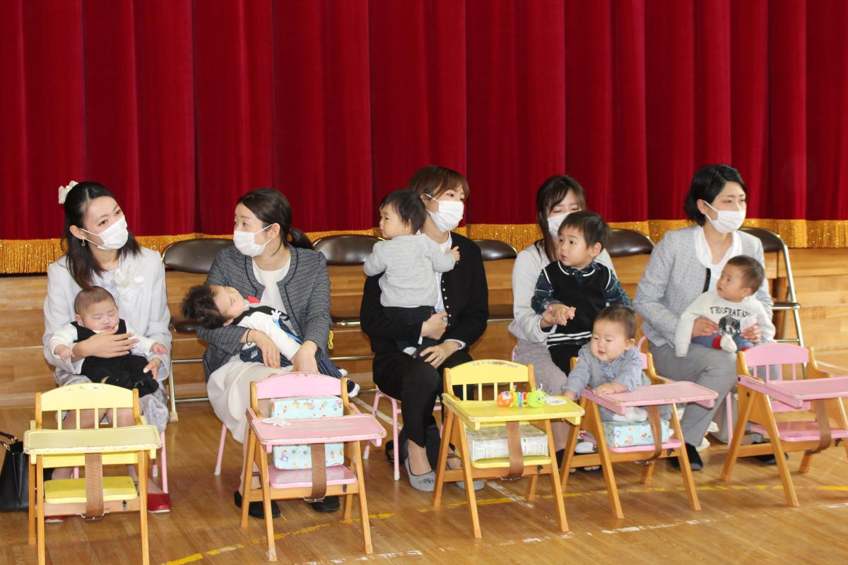 入園式に出席の親子