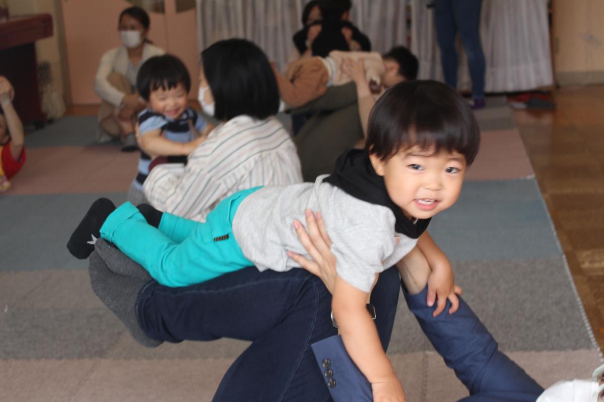 参観日の様子(1才児・ふれあい体操)
