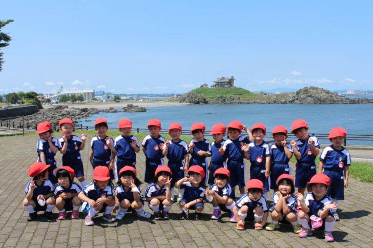 蕪島神社をバックに記念撮影(3才児)