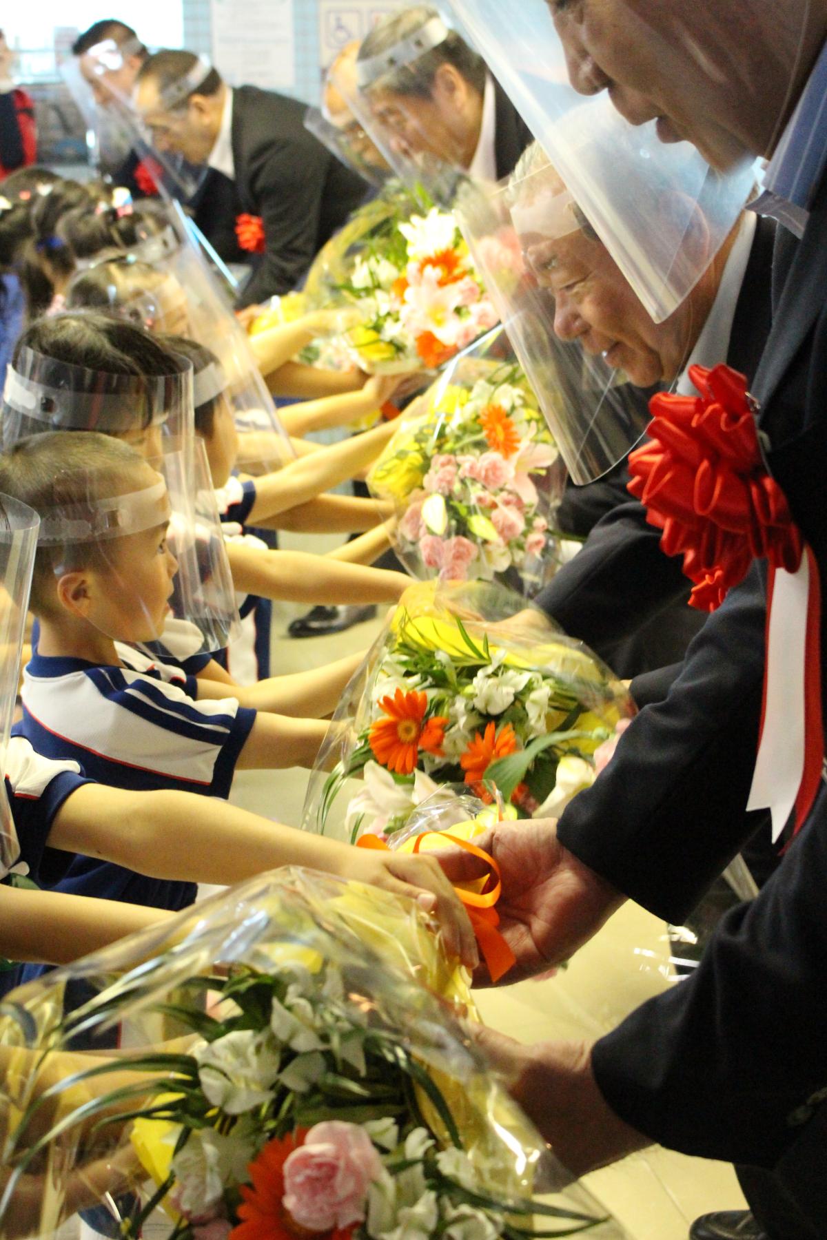 オープニングセレモニーでの花束贈呈の様子