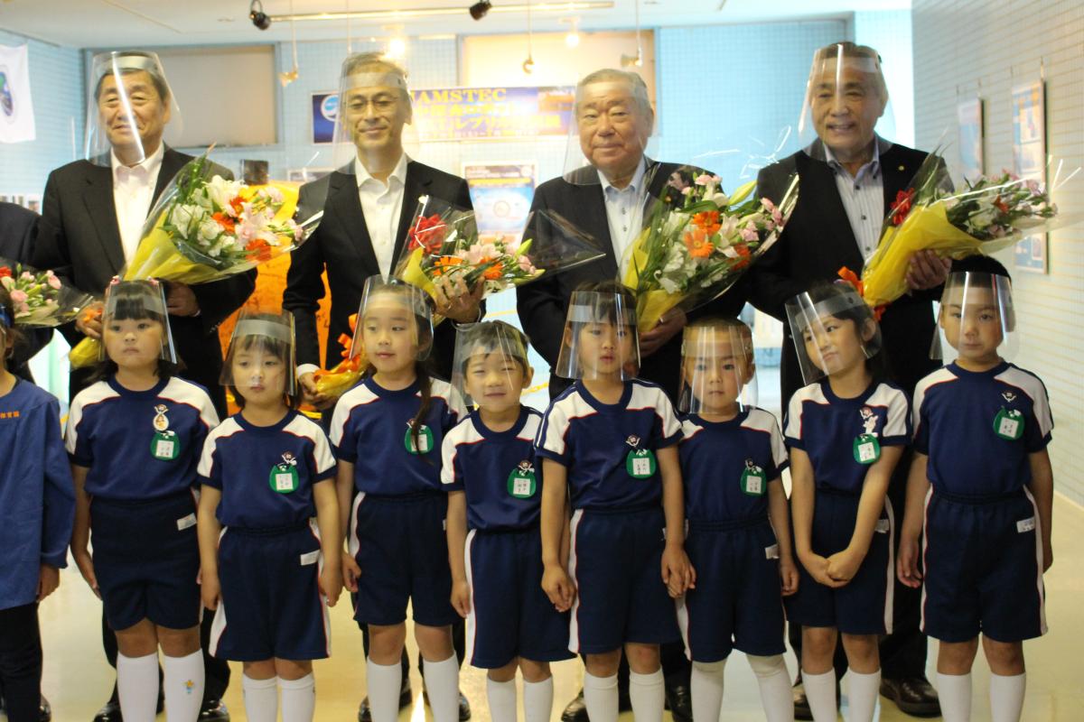 花束贈呈後の記念撮影写真(オープニングセレモニー・5才児)
