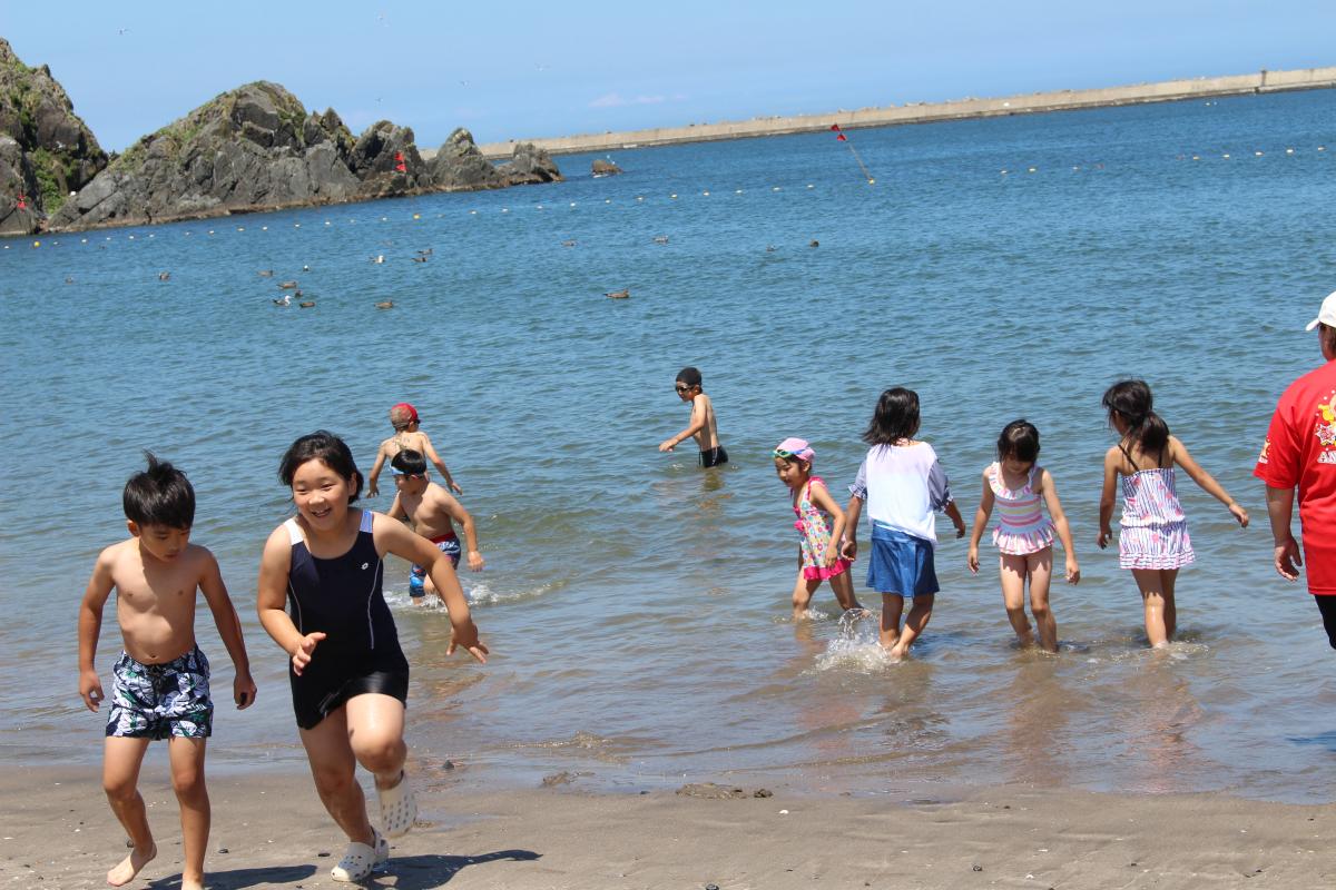 海で遊ぶ小学生の様子