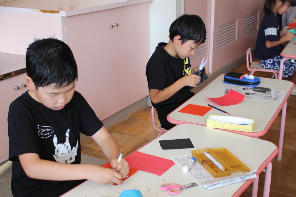 切り絵に取り組む小学生の様子(三、四年生)
