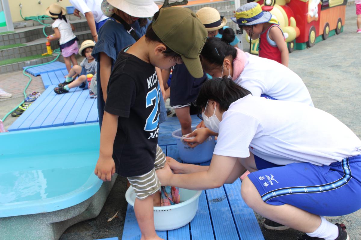 実習生に足を洗ってもらう園児