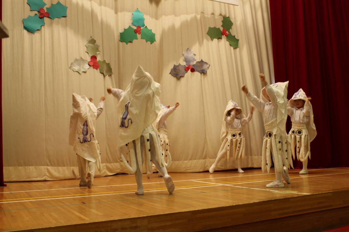 4才児「イカの町八戸」を披露する様子