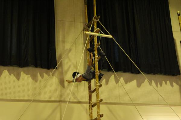 5才児「はしご乗り」を披露する様子