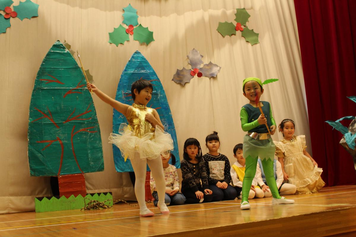 5才児「ピーターパンの冒険」を披露する様子