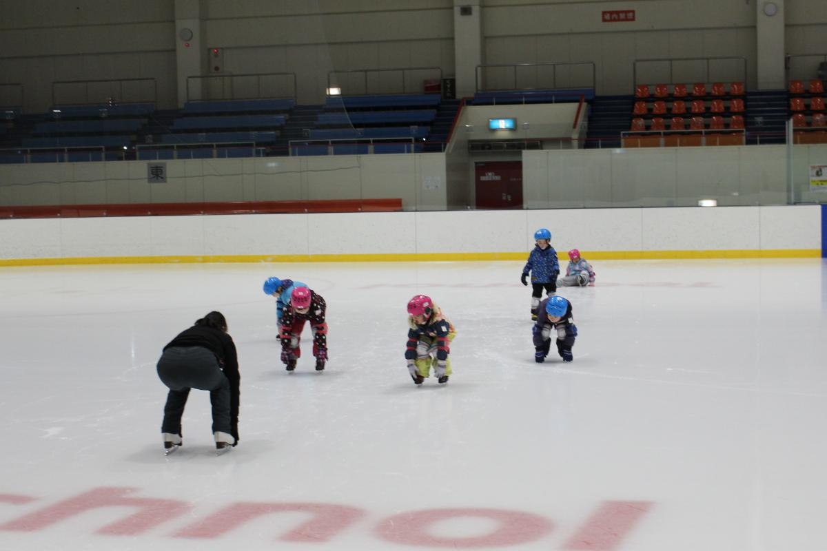 スケート教室に参加する5才児の様子