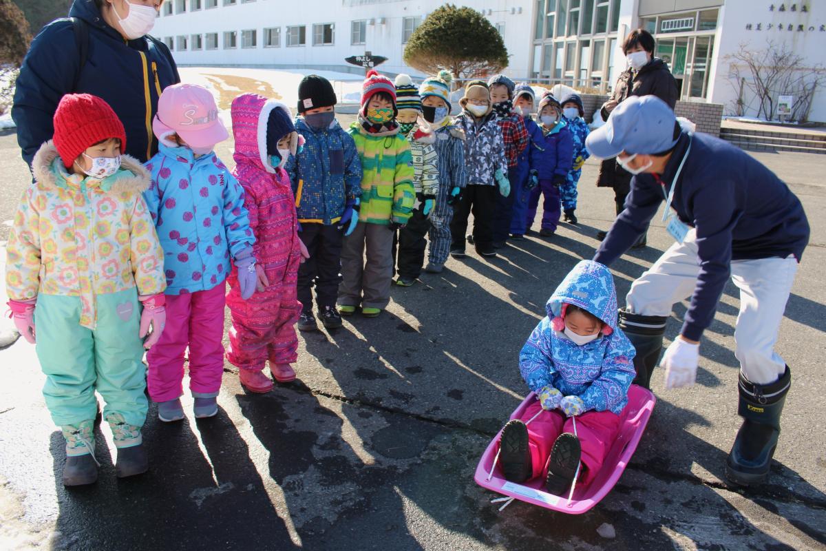 ソリの乗り方を学ぶ子どもたちの様子