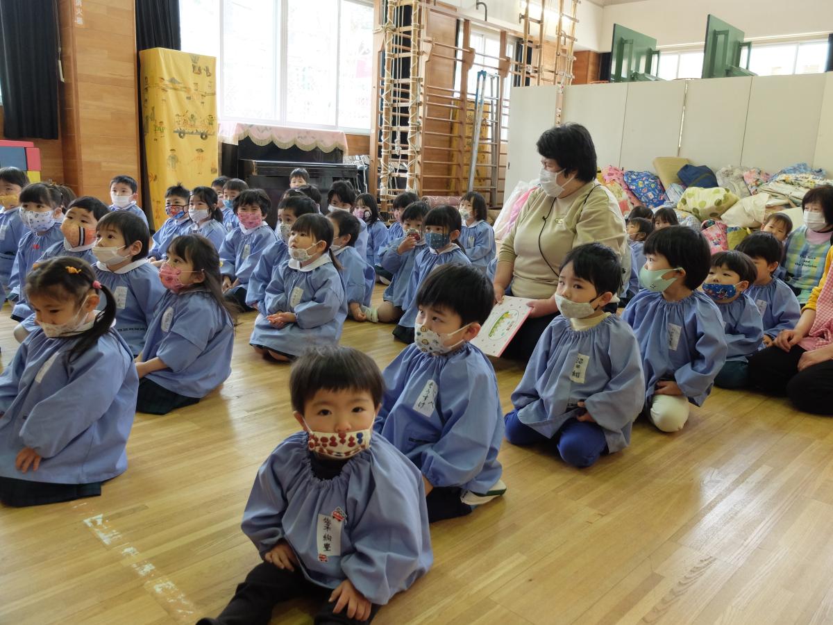 避難訓練の集会に参加する2才児の様子
