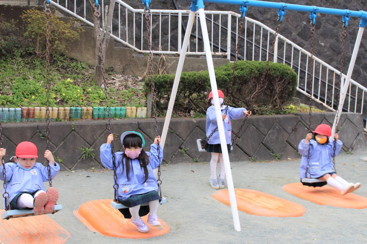 ブランコで遊んでいる子どもたちの様子