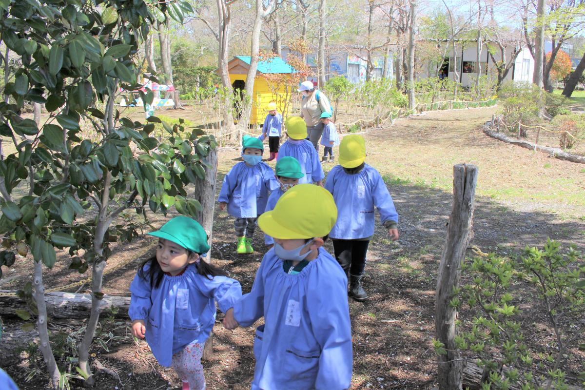 手を繋いで歩く3才児と5才児