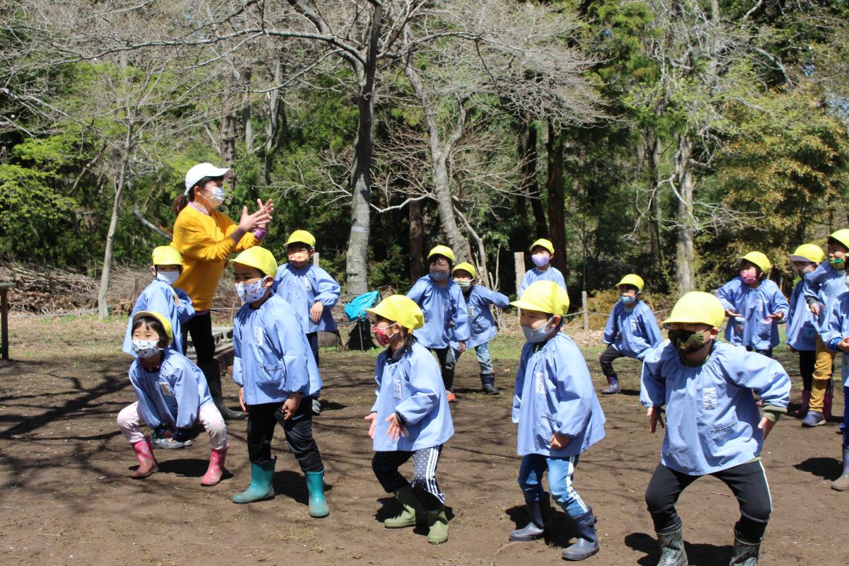 森でゲームをする5才児の様子