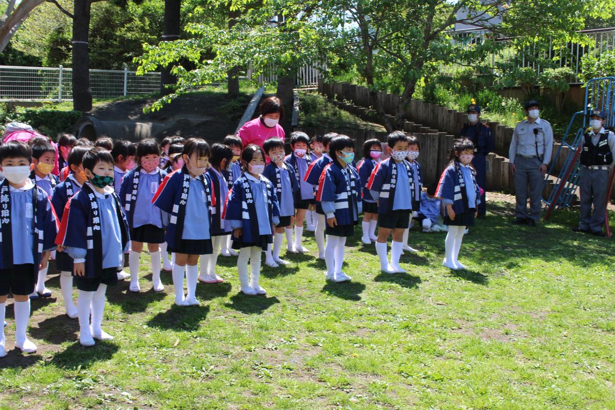 半纏を羽織り、幼年消防クラブ編成式に参加する園児