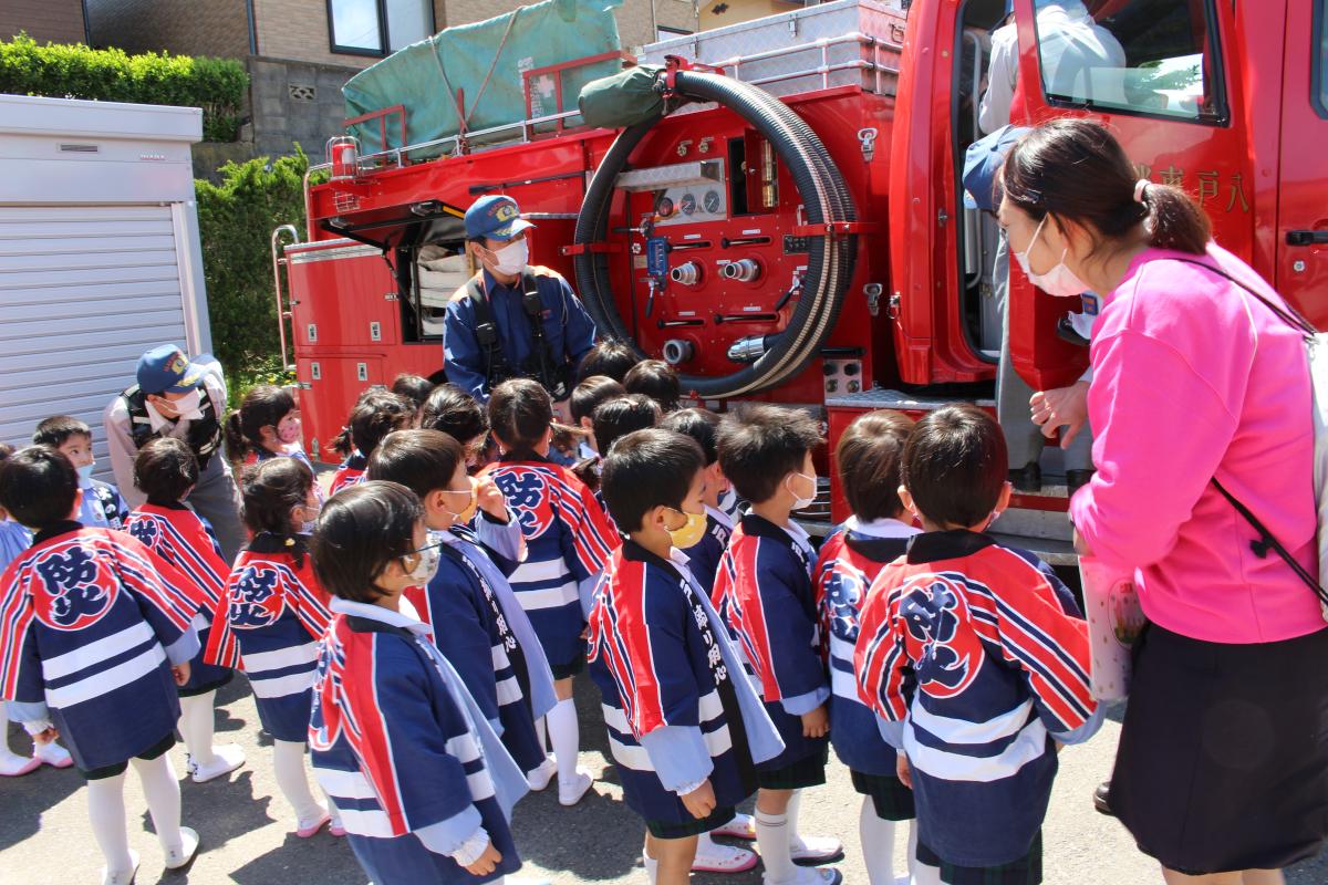 消防車を見学する4才児の様子