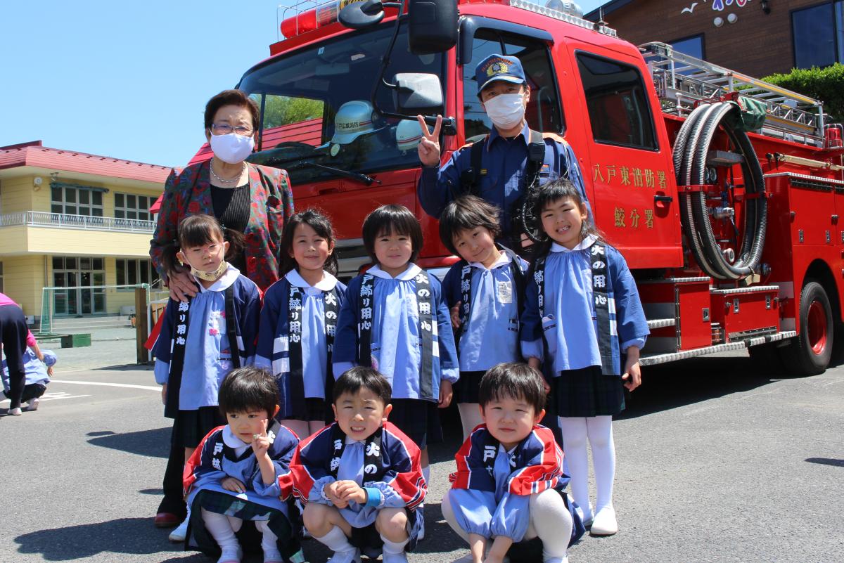 消防車の前で記念写真(5才児)