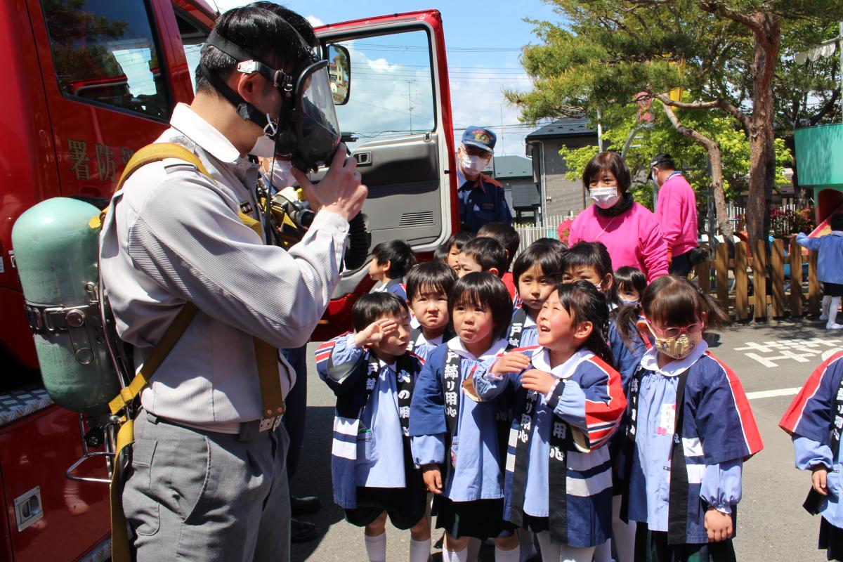 酸素ボンベに興味を示す5才児