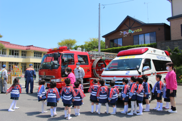 消防車、救急車を見学する園児の様子