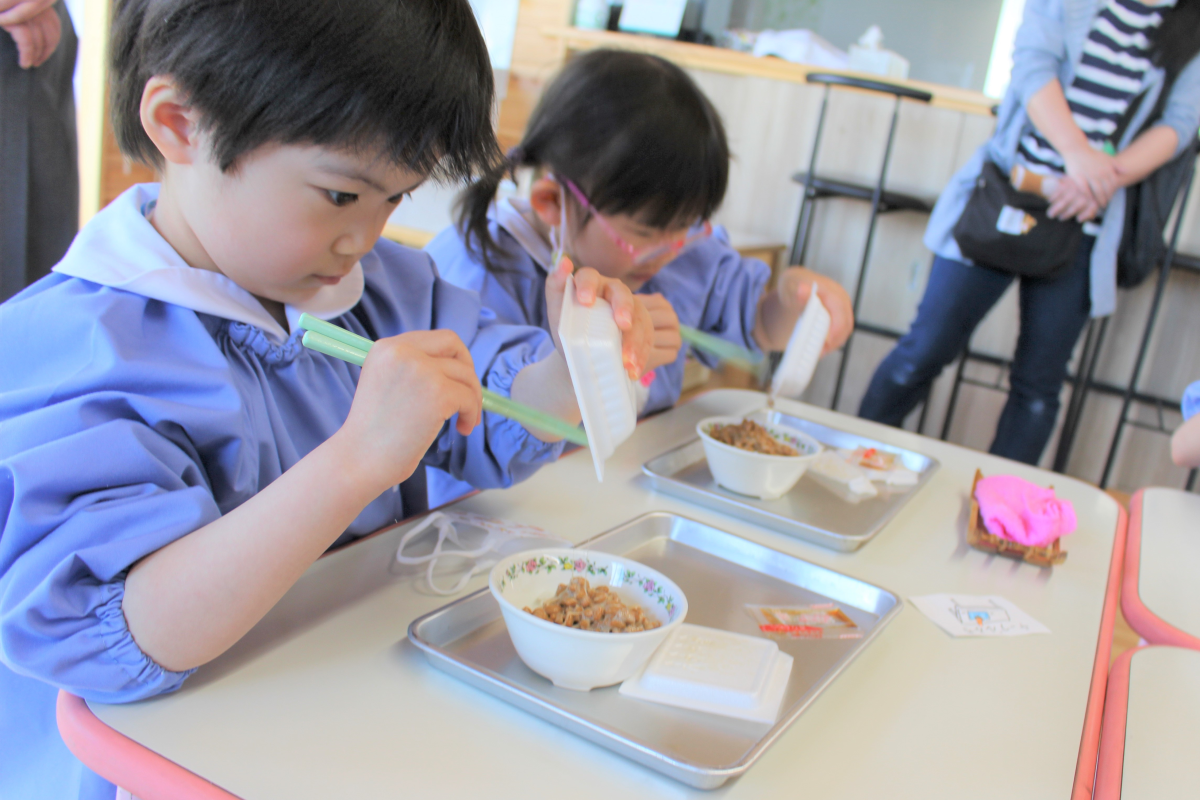 納豆をご飯にかける5才児の様子