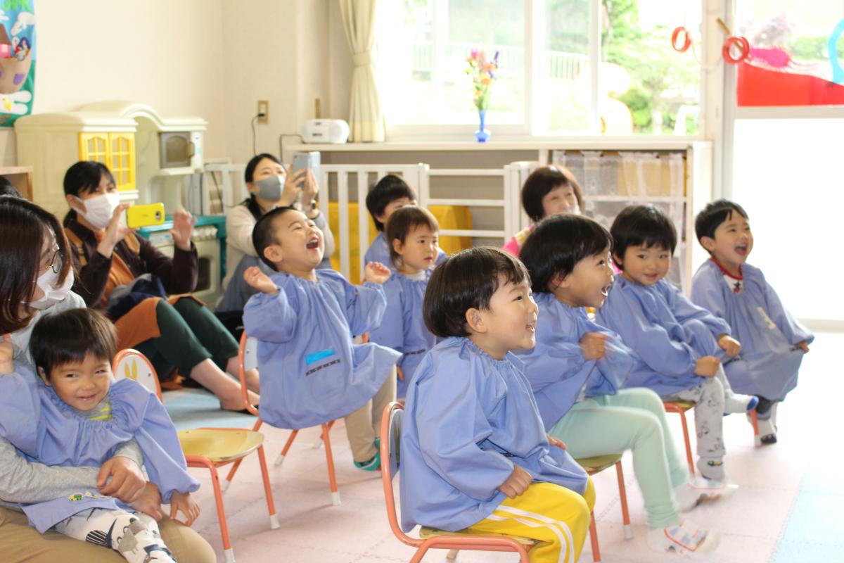 漢字学習など座学に取り組む2才児の様子
