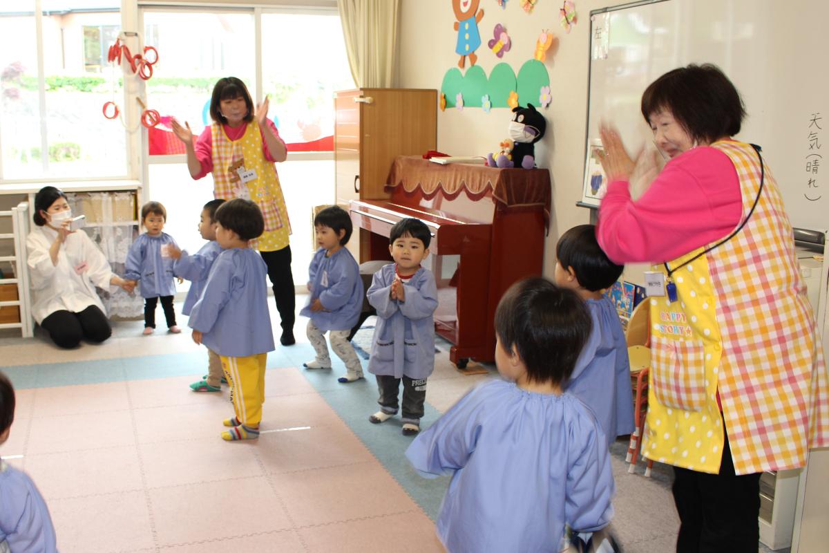 アンパンマン体操を踊ってみせる2才児
