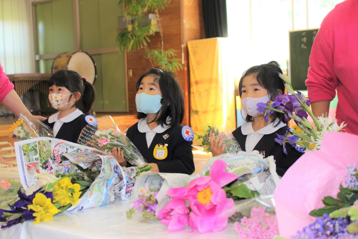 献花をする4才児の様子