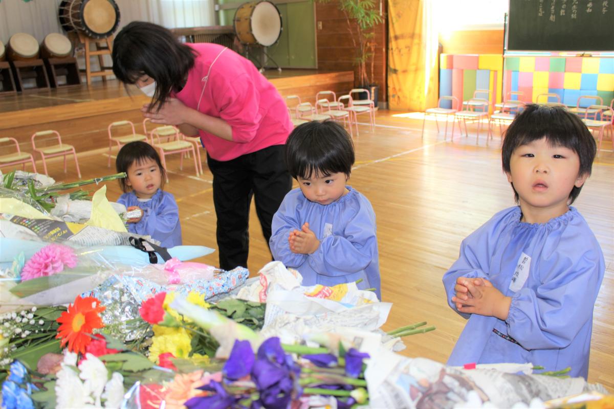 献花をする2才児の様子