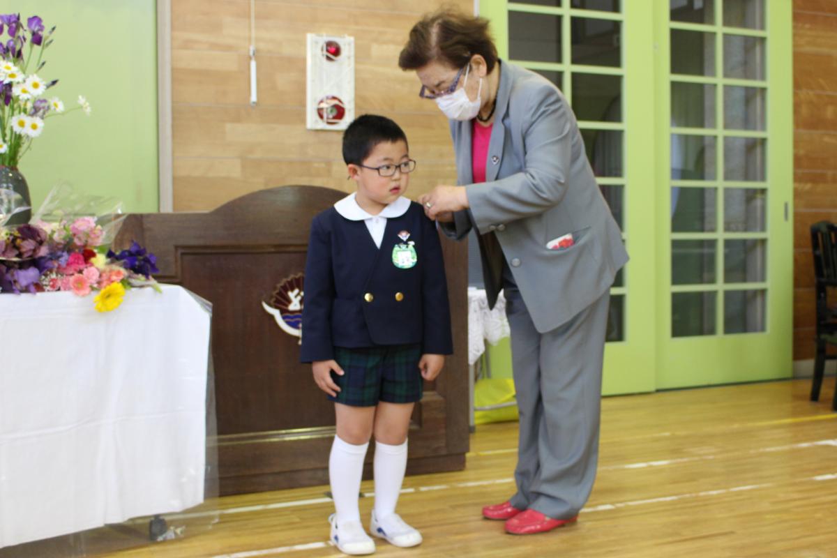 赤十字登録式「バッジの授与」代表の年長児