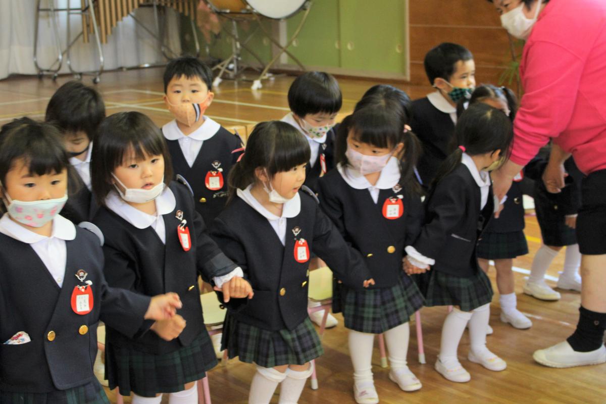 赤十字フォークダンスを踊る3才児の様子