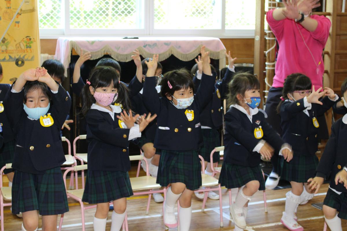 赤十字フォークダンスを踊る4才児の様子