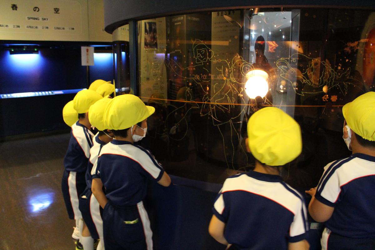 児童科学館の宇宙コーナーを見学している5才児の様子