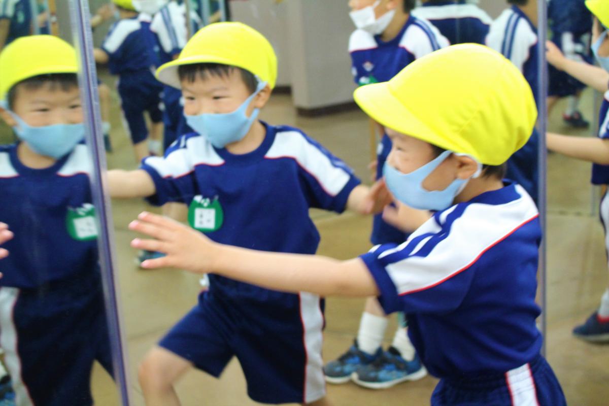 鏡に映る自分を見て嬉しそうな様子の5才児