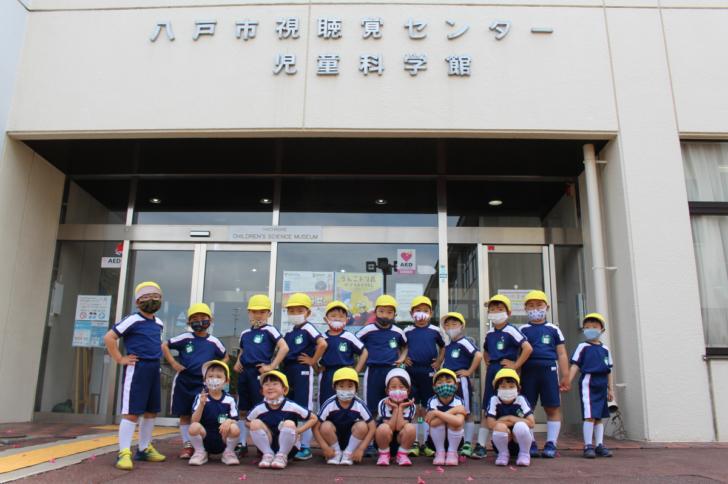 児童科学館の前で撮影した記念写真