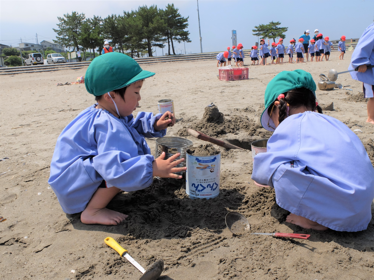 砂遊びに夢中の3才児