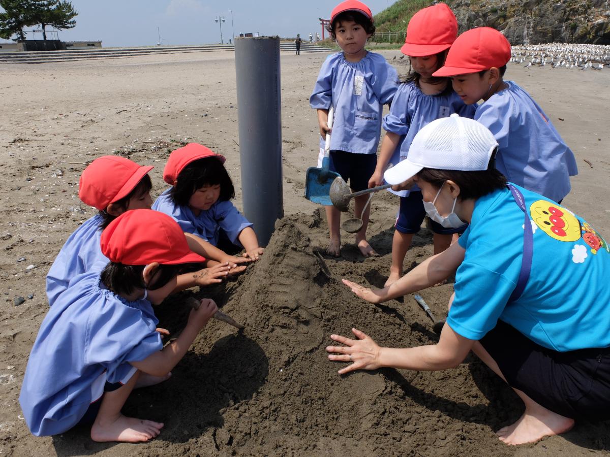 砂遊びを楽しむ4才児の様子