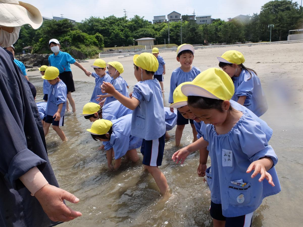 波で遊ぶ5才児の様子