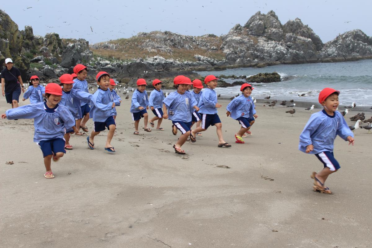 砂浜を走る4才児の様子