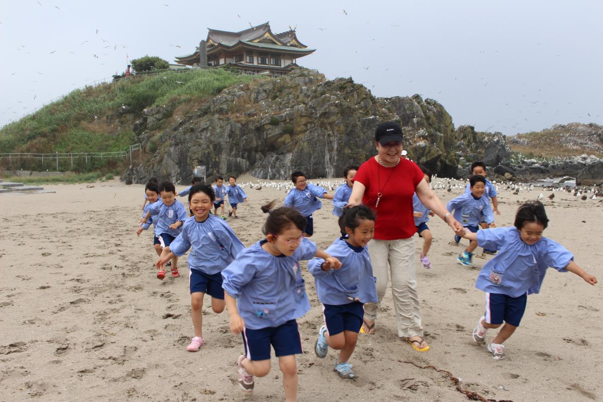 砂浜を走る5才児の様子