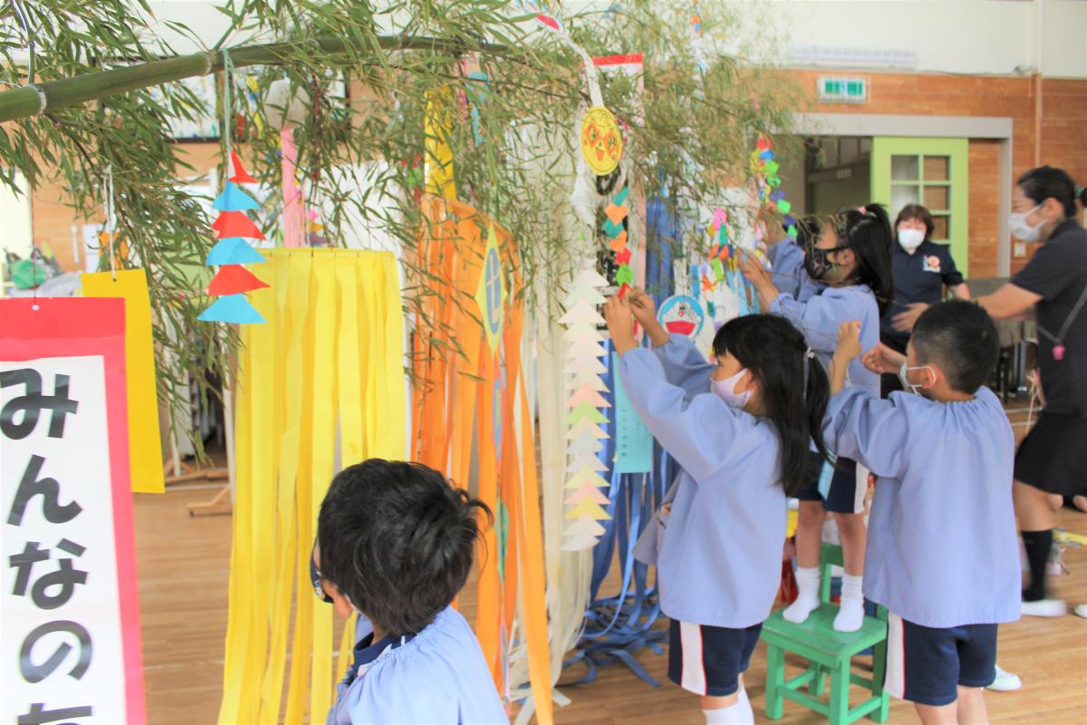 笹竹に装飾をする5才児の様子