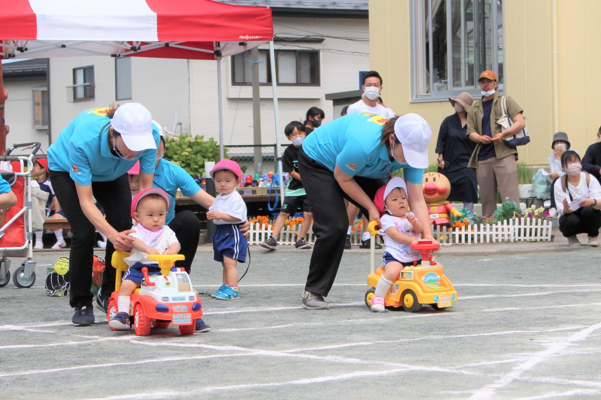 障害物競争に参加する0才児