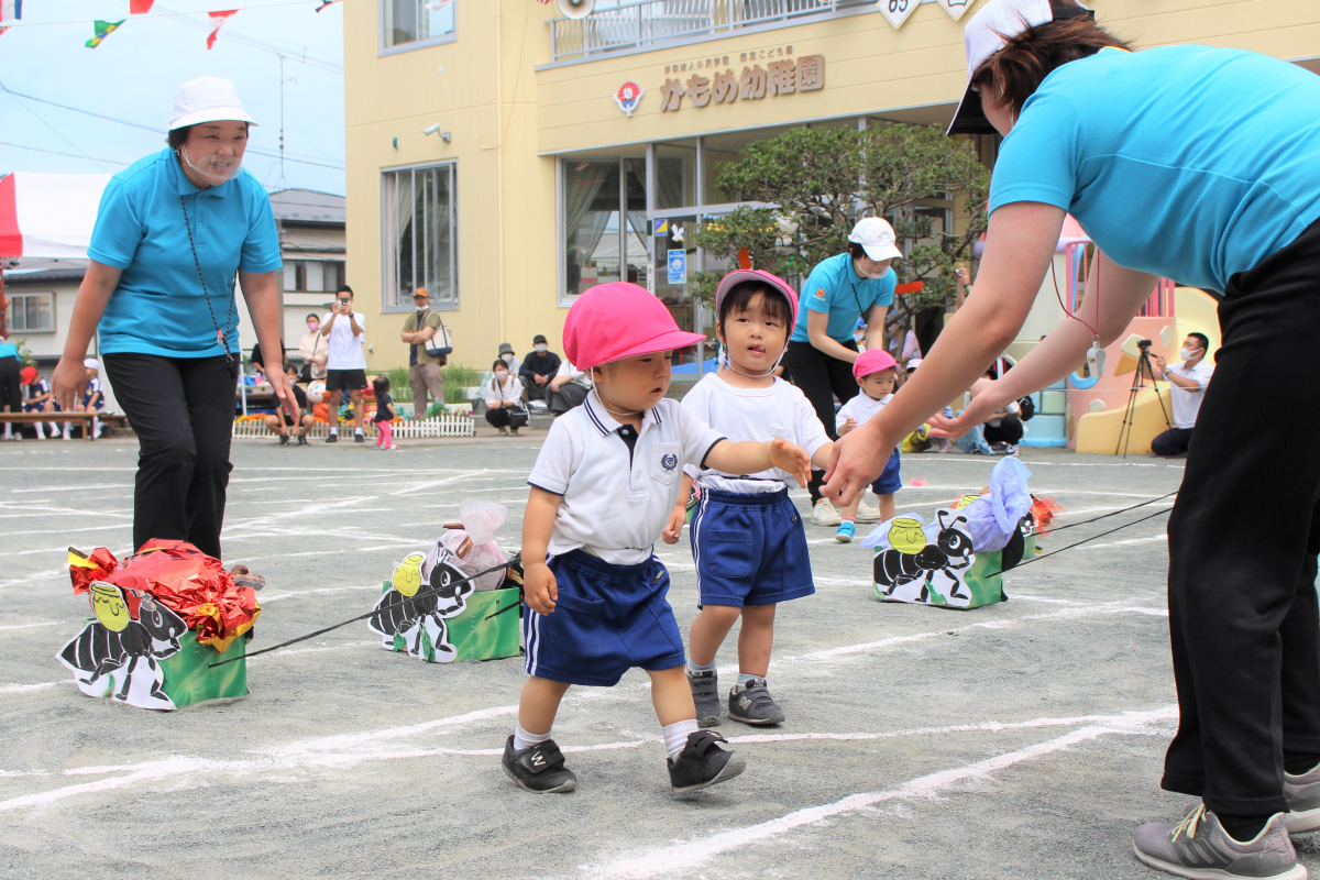 障害物競争に参加する1才児