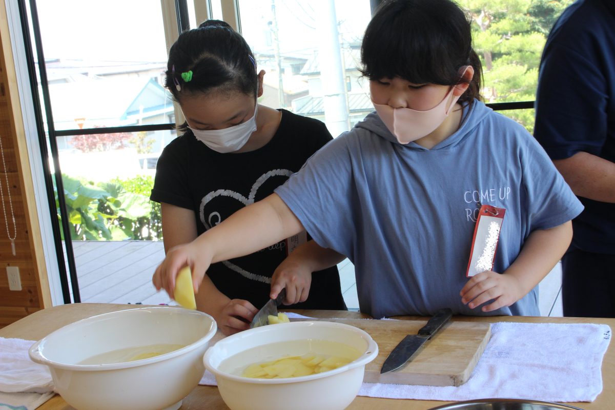 カレーの材料を切る3年生の様子