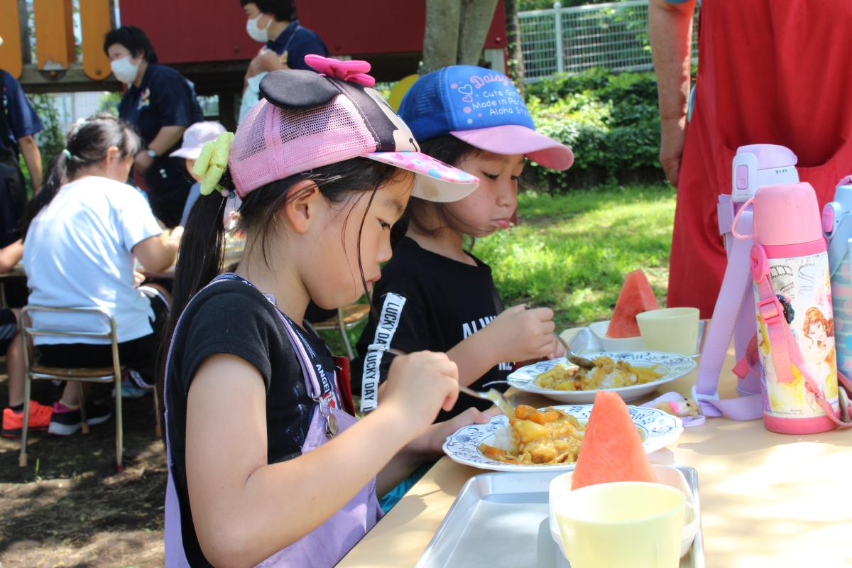 カレーを食べる小学生の様子