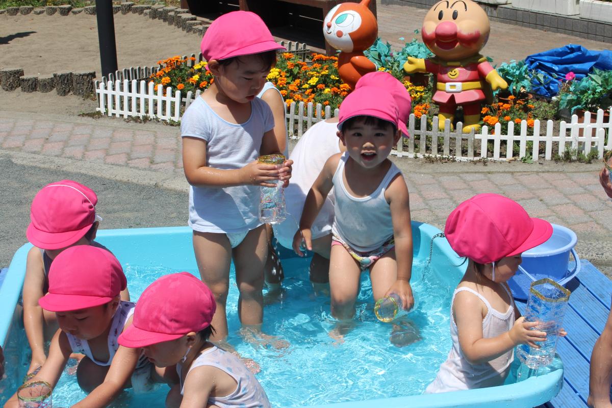 水遊びを楽しむ2才児の様子